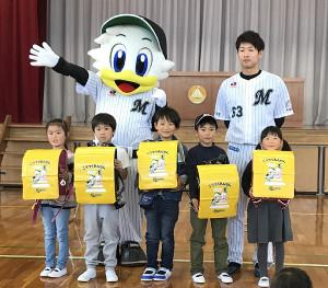 ロッテ・種市は千葉市内の小学校でランドセルカバーを贈呈した(カメラ・長井 毅)