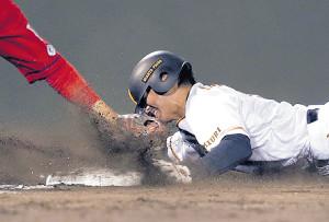 6回無死一塁、打者・小林のとき菊池保が暴投。一塁走者・山本は果敢なヘッドスライディングで三塁を陥れた(カメラ・橋口 真)