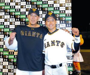広島に快勝、ヒーローインタビューで山口(左)と山本は肩を組んでガッツポーズする(カメラ・橋口 真)