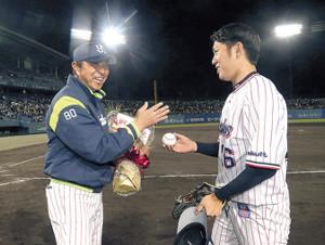 小川監督は通算400勝を挙げ、原(右)からウィニングボールを贈られる
