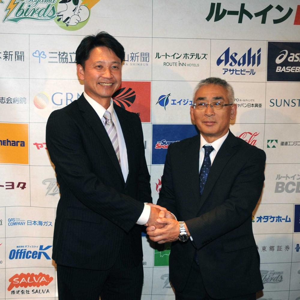 監督就任が決まり笑顔で永森茂球団社長と握手