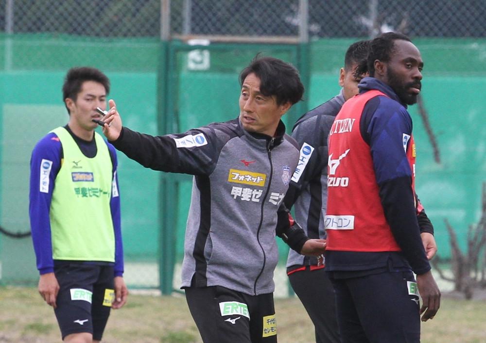 京都戦へ向けた練習に熱が入る甲府の伊藤監督(中央)(右はFWウタカ、左はMF小林)