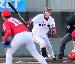 1回2死二、三塁、亀井善行が右線へ適時二塁打を放つ(投手・野村祐輔)(カメラ・生澤 英里香)