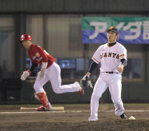 7回1死二塁、西川龍馬に右中間へ同点の適時三塁打を打たれた吉川光夫(カメラ・生澤 英里香)