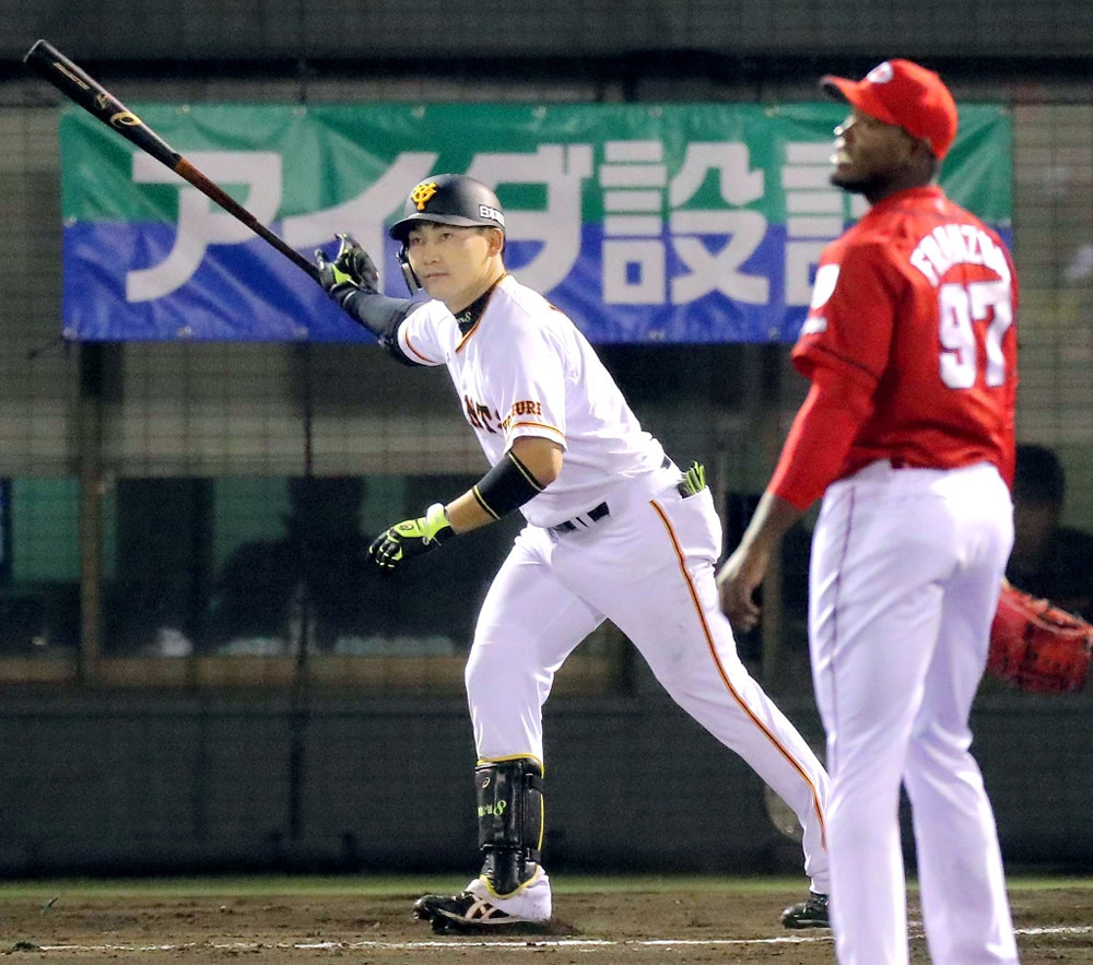 8回1死一塁、丸佳浩が右翼席へ勝ち越しの2ラン本塁打を放つ(投手・フランスア)(カメラ・生澤 英里香)