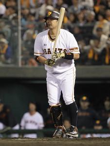 9回1死一塁、代打・阿部慎之助が四球で出塁する(カメラ・馬場 秀則)