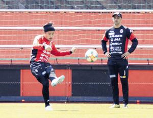 左足でクロスを上げる札幌MF早坂(左)