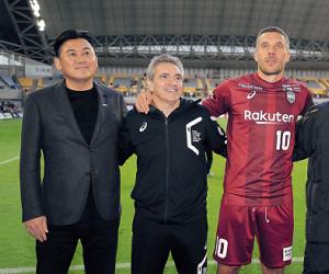 昨年12月の仙台戦で声援に応える(左から)神戸・三木谷オーナー、リージョ監督、ポドルスキ