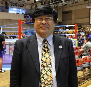 盛った髪型とミッキーマウスのネクタイがトレードマークのプロレスTODAY柴田惣一編集長