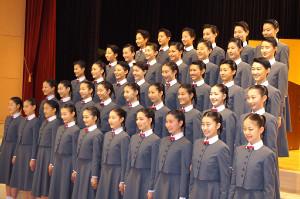 2019年4月18日。兵庫県宝塚市の宝塚音楽学校入学式での記念撮影に笑顔でおさまる第107期生40人