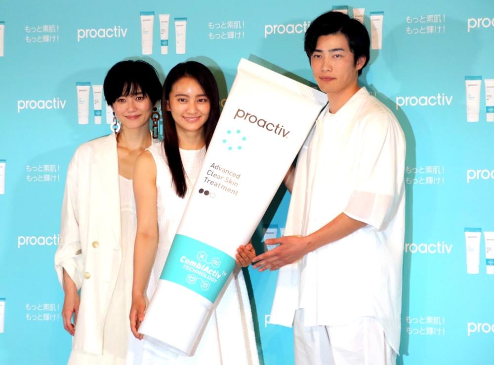 会見に出席した(左から)宮城舞、岡田結実、樫尾篤紀