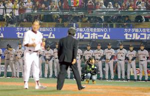 2013年11月03日、日本シリーズ第7戦 楽天・巨人、表彰される星野監督を見つめる巨人の選手
