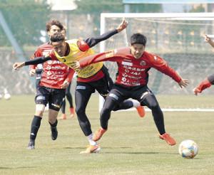 試合形式の練習で競り合う札幌FW鈴木(左)(カメラ・砂田 秀人)