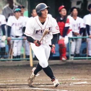 練習試合で鋭い当たりを飛ばす富士大・吉田