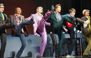 宝塚大劇場宙組公演「オーシャンズ11」の一場面。左から凛城きら、澄輝さやと、芹香斗亜、真風涼帆、和希そら、寿つかさ
