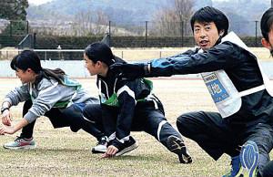 子どもたちと体操をする宇賀地強(右)