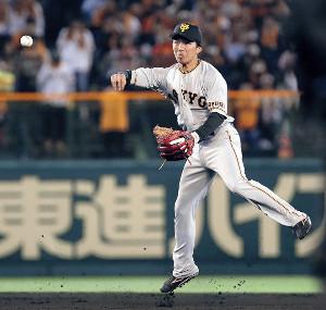 8回無死二塁、好守備を見せた遊撃手の増田大(カメラ・馬場 秀則)