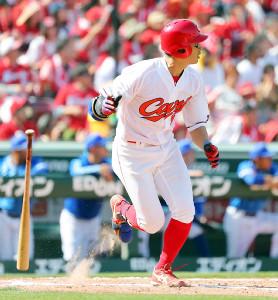 4回1死一、二塁、追加点となる左越え適時二塁打を放つ安部
