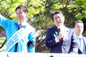衆院補選大阪12区に立候補した北川晋平氏(左)の応援に駆けつけた安倍晋三首相(中)