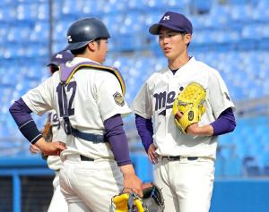 5回1死満塁のピンチで森下(右)に声をかける捕手の篠原翔太