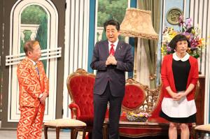 吉本新喜劇の公演にサプライズ出演した安倍首相(左は池乃めだか、右はすっちー)