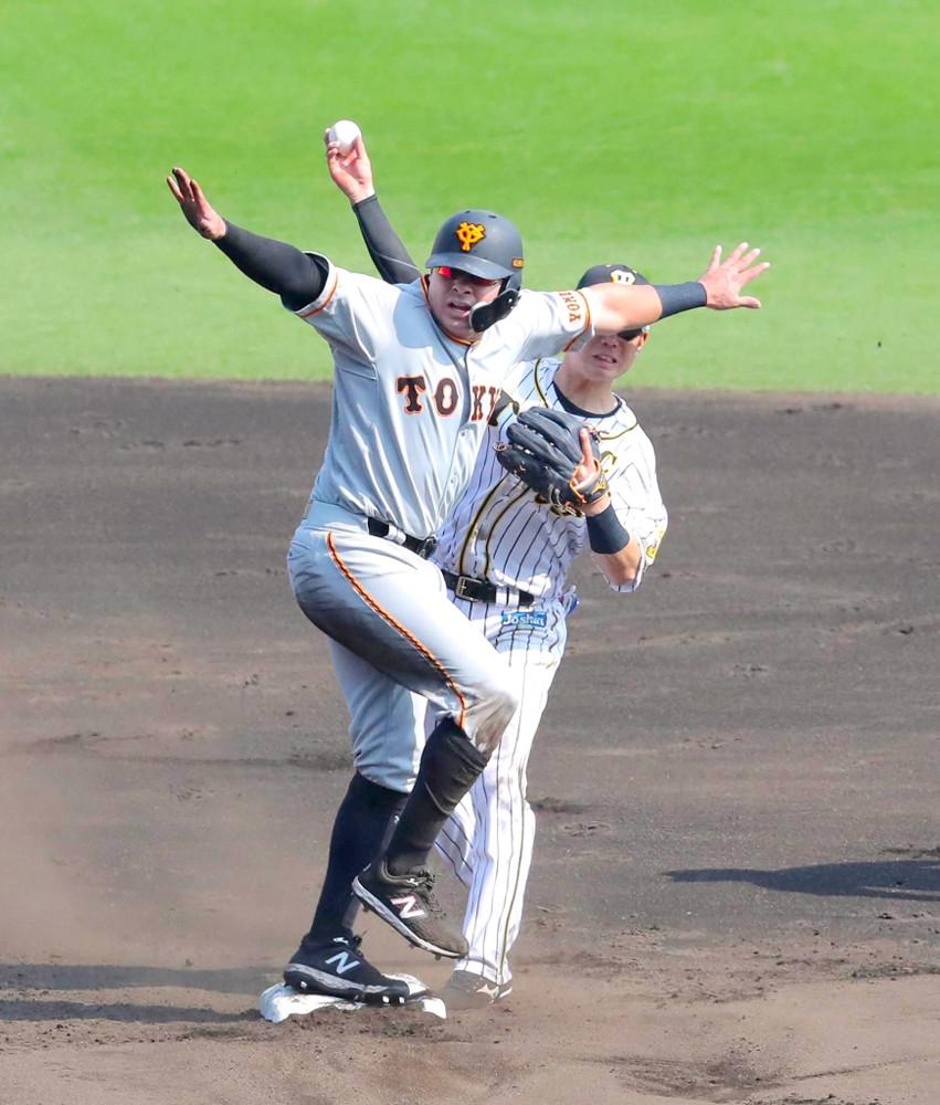 4回無死一塁、岡本和真の遊ゴロを木浪聖也(右)が二塁に送球するもビヤヌエバはセーフ、糸原健斗の一塁に悪送球でビヤヌエバが生還した(カメラ・小梶 亮一)