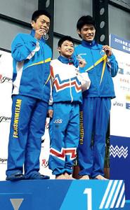 12歳の玉井が優勝。表彰台で中央に立つも両脇の2位・萩田拓馬(左)、3位・大塚千誠の肩までしか身長がない