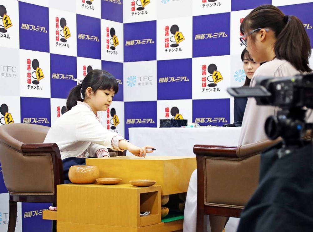 10歳の囲碁天才少女・仲邑菫初段のデビュー戦始まる ハプニングにくすくす笑いも