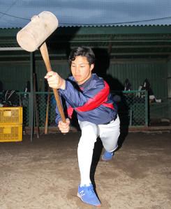 ハンマーを使用してトレーニングする札幌大谷大・嵩