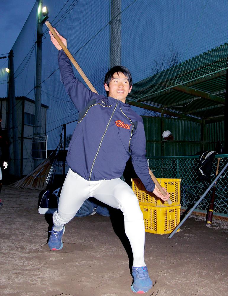 棒を使用して下半身の動きを確認する札幌大谷大・河合