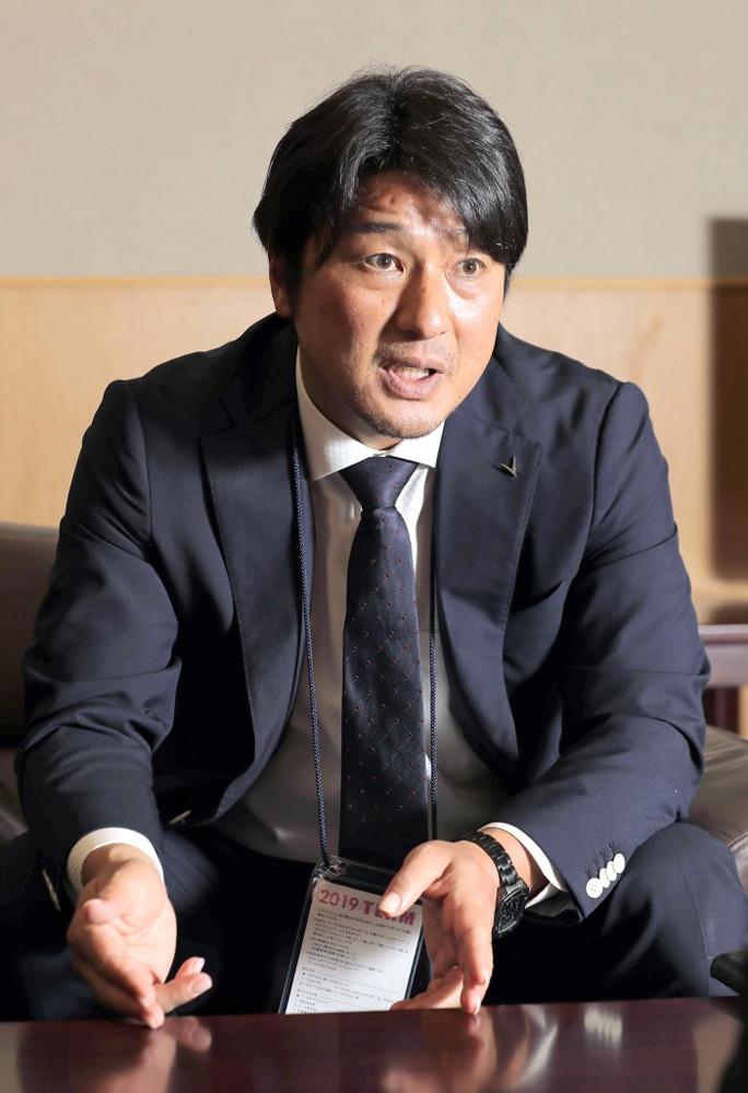 スポーツ報知のインタビューに答える神戸・三浦スポーツダイレクター