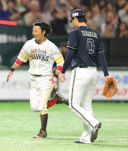 延長10回、オリックス・山崎福(右)はソフトバンク・明石にサヨナラ3ランを浴び、肩を落として引き揚げる