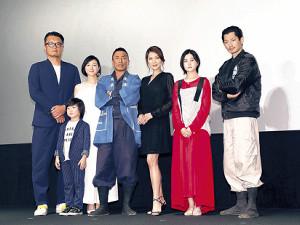 会見に出席した(左から)権野元監督、潤浩(ゆんほ)、広末、長渕、飯島、山口まゆ、瑛太