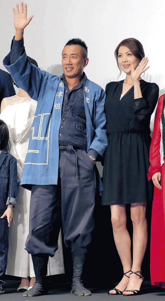 劇中衣装で登壇した長渕剛と飯島直子