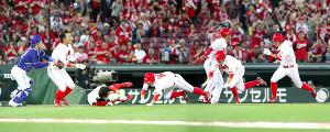 4回1死一塁、バティスタの二塁打で三塁を回った長野はバランスを崩し転倒、捕手・加藤(左)にタッチされアウトになる(写真は合成)