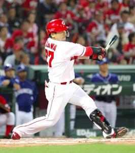 8回2死一、二塁、先制の左中間2点適時二塁打を放つ会沢(カメラ・義村 治子)