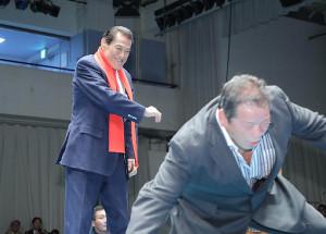 トークライブ冒頭で藤波辰爾(右)にビンタするアントニオ猪木