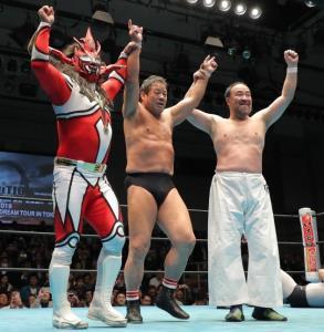 勝利し声援に応える(左から)獣神サンダー・ライガー、藤波辰爾、越中詩郎