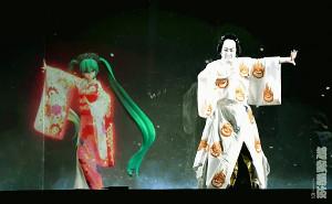 超歌舞伎で息のあった動きを見せる初音ミク(左)と中村獅童