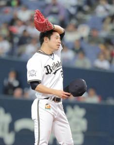 8回に登板、山川穂高の押し出し四球などピンチを広げて降板した近藤大(カメラ・小梶 亮一)