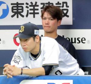 8回1死満塁、山崎福の同点押し出し四球をぼう然と見つめる近藤(手前)と先発したK―鈴木(カメラ・小梶 亮一)