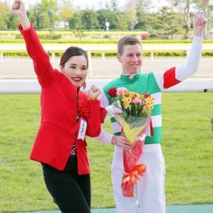 プレゼンターの平野ノラとポーズをとるレーン騎手