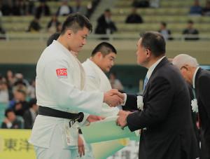 準々決勝で敗れた原沢久喜だが、世界選手権100キロ超級の代表に選ばれた(右は山下泰裕会長)
