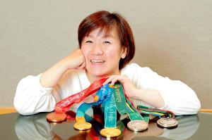 五輪で獲得した5つのメダルを前に、当時を振り返った谷亮子さん(カメラ・小泉 洋樹)