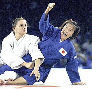 シドニー五輪決勝で金メダルを獲得した田村は、笑顔でガッツポーズ