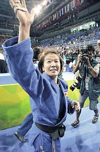 アテネ五輪で2大会連続金メダルに輝いた谷は、涙を浮かべ観客席に手を振った