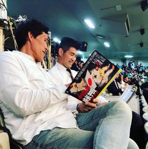 29日の全日本選手権で、井上康生監督と大会プログラムを手に天地無用の白熱の議論を交わした篠原氏