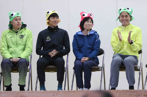 川内の郷かえるマラソン」の開会式に出席した川内一家(左から三男・鴻輝、次男・鮮輝、母・美加さん、長男・優輝)