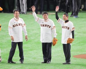 始球式を務めた(左から)槙原寛己氏、斎藤雅樹氏、桑田真澄氏