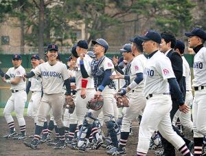 平成最後のリーグ戦で渡部新監督(手前右)の初陣を飾り笑顔の北翔大ナイン